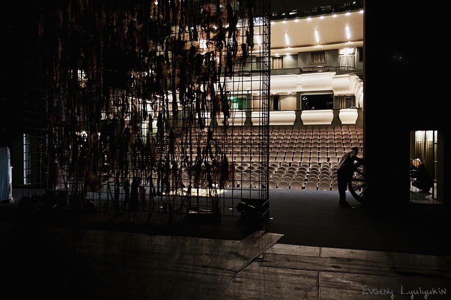 За кулисами спектакля Кураж - 09.02.2012.  А вот что происходит за кулисами в театре...  Body: Canon EOS 50D.